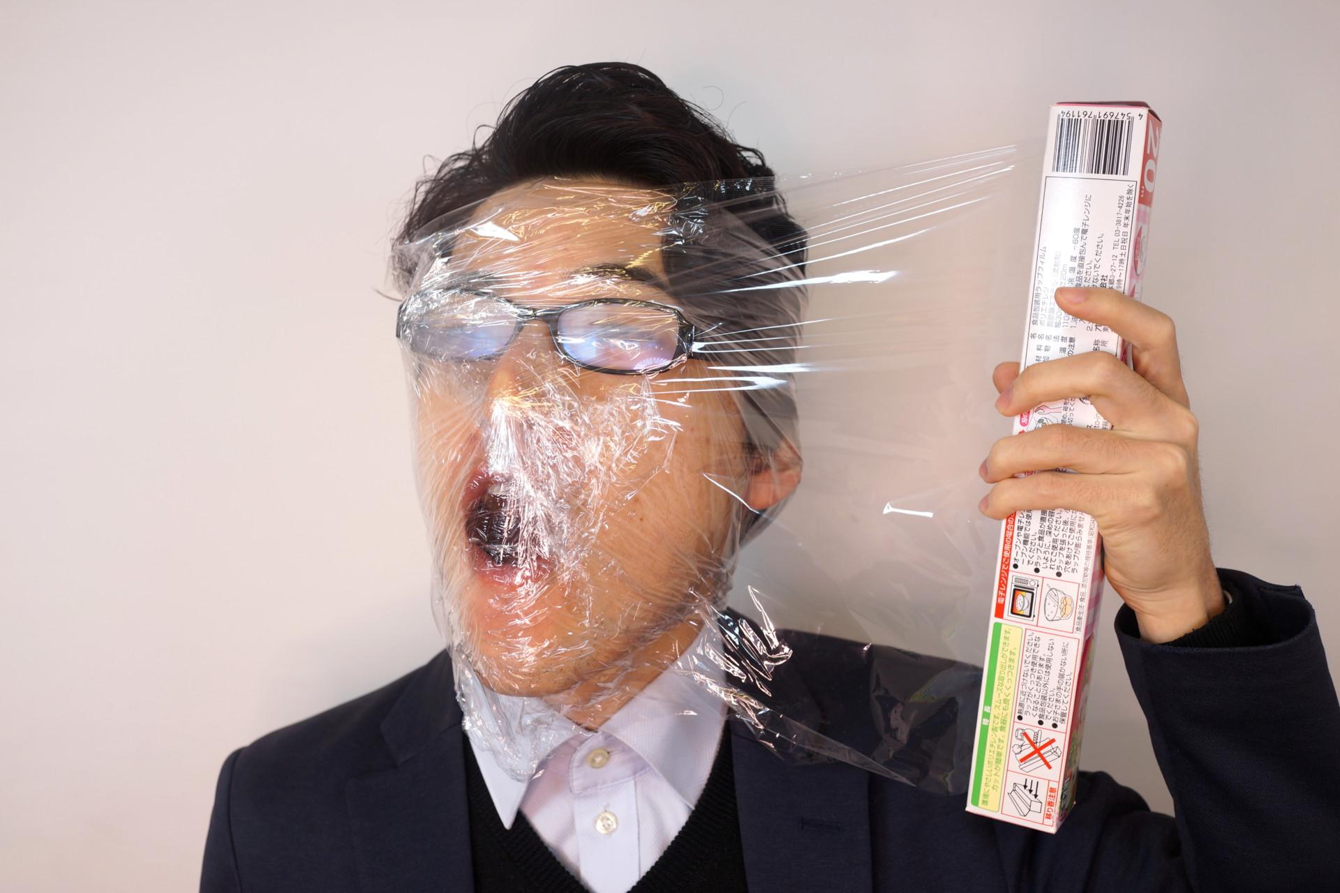 フリー画像素材】マスクが売ってないからサランラップを巻いて風邪を予防する男性 – フリー素材のAPhoto(アフォト)