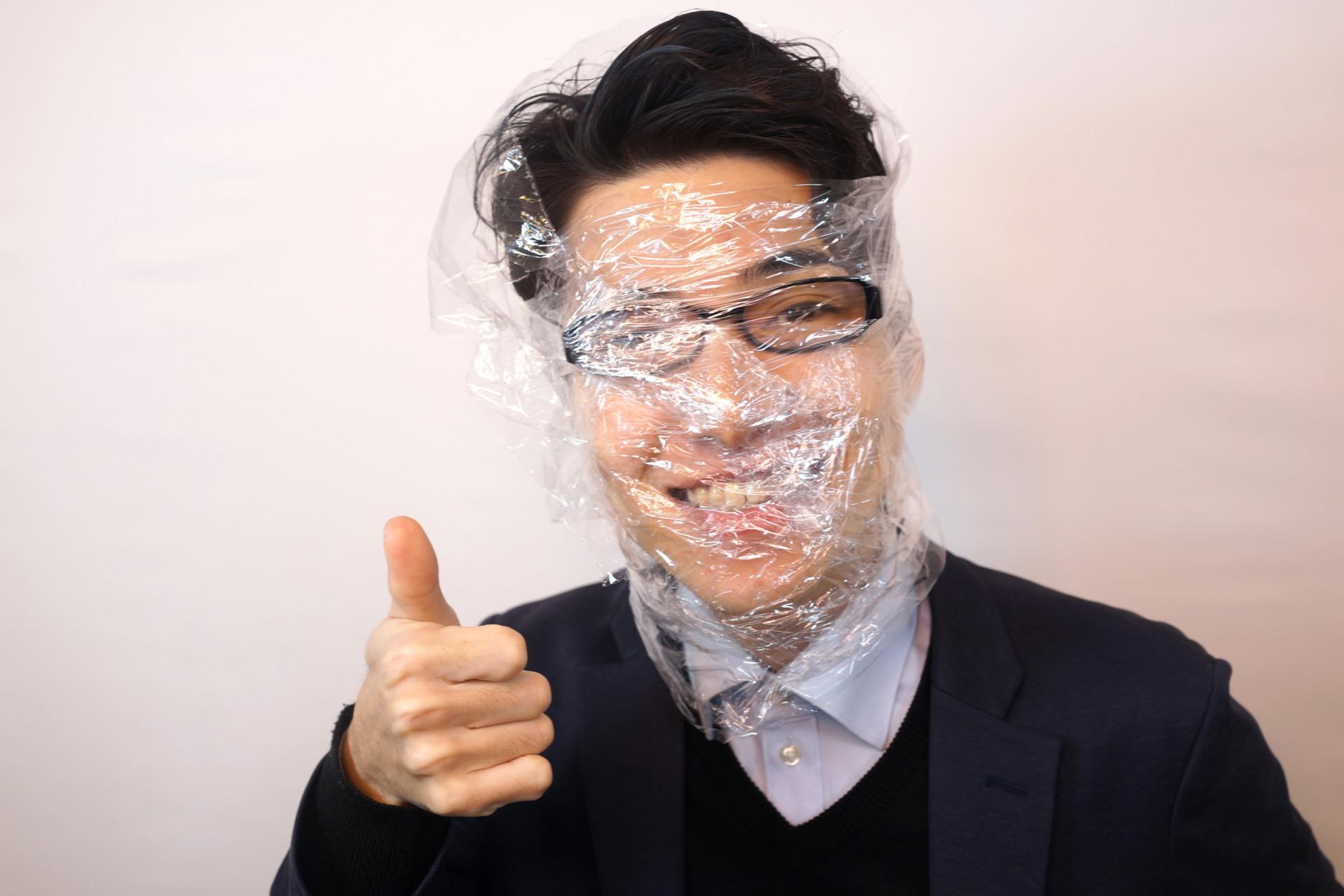 フリー画像素材】サランラップをぐるぐる巻きにしながらいいねする男性 – フリー素材のAPhoto(アフォト)