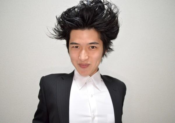 個性的な髪型の指揮者