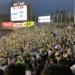 ヤクルトファンが集まる神宮球場の外野席