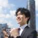 東京の空を見上げて成功を誓う新社会人