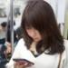 電車内でスマホを操作する女性