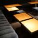 使い古されたスナックのテーブルとソファ