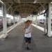 駅のホームで予行練習をする昆虫採集少年