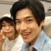 新幹線で旅行に行く大学生カップル