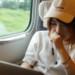 新幹線でパソコンを操る女性