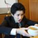 盃かと思ったら普通のお茶碗で動揺する下っ端ヤクザ