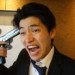 自分の頭に拳銃を突きつけている現状に混乱する男性