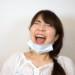 マスクを外して大爆笑する女性