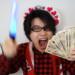 給付金を手にアイドルを応援するオタク