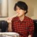 東京カレンダーっぽい雰囲気で焼肉を食べる男性