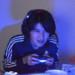 暗い部屋でひたすらゲームに没頭するゲーマー