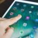 iPad Proを操作する指